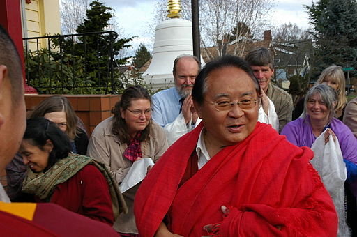 By Wonderlane - Flickr: HE Sogyal Rinpoche arrives to speak about Buddhism, Seattle, Washington, USA, CC BY 2.0, https://commons.wikimedia.org/w/index.php?curid=15644310